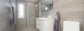 Acrylic threshold: reliable protection for bathrooms